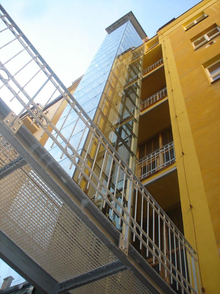 Stavba výtahu s výtahovou šachtou v Praze 2 4 vytah cinzovni dum praha 2 slovanska 3