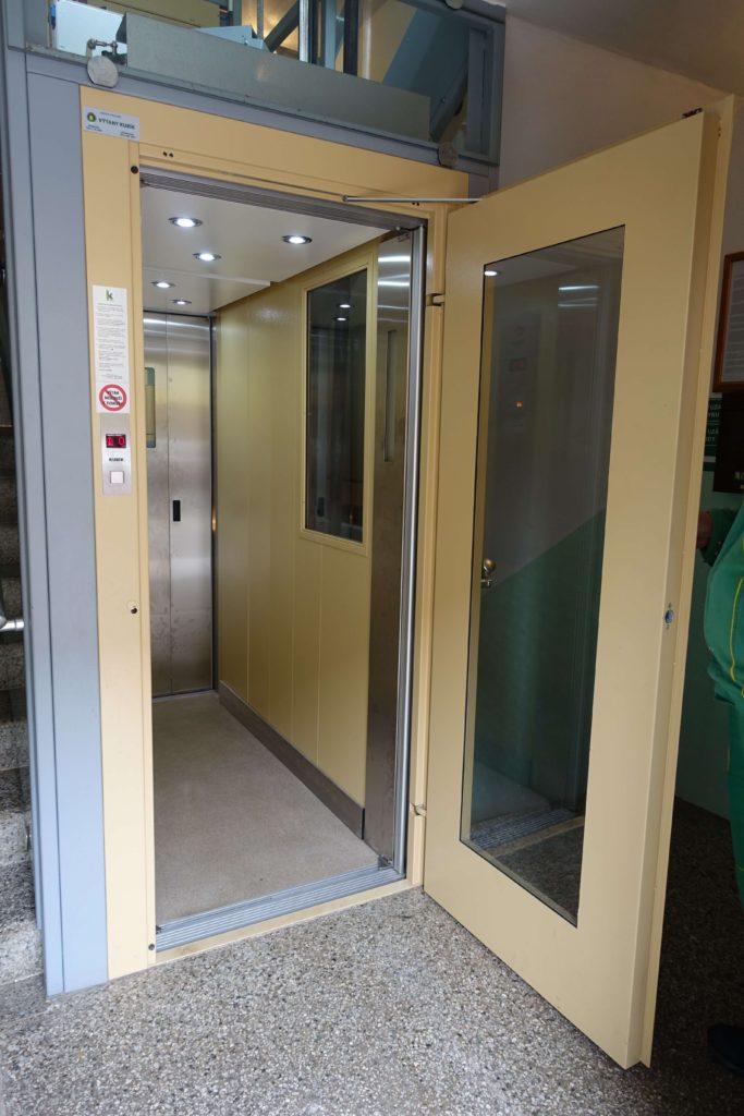 Stavba venkovního výtahu v Biskupcově ulici na Praze 3 9 Cihlářova 10