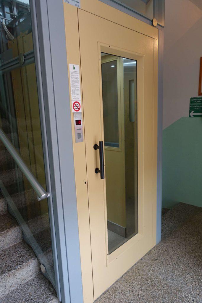 Stavba venkovního výtahu v Biskupcově ulici na Praze 3 8 Cihlářova 2