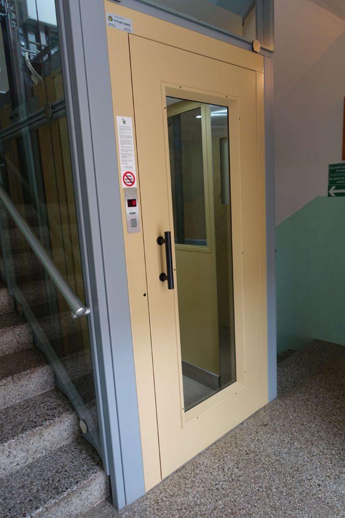 Stavba venkovního výtahu v Biskupcově ulici na Praze 3 7 Cihlářova 3