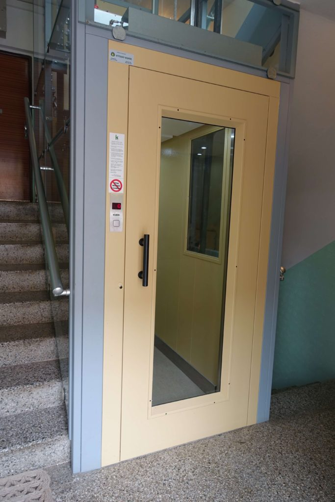 Stavba venkovního výtahu v Biskupcově ulici na Praze 3 5 Cihlářova 5