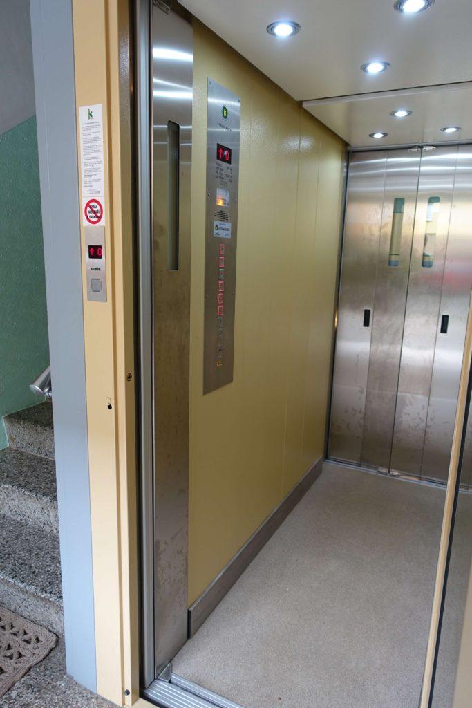 Stavba venkovního výtahu v Biskupcově ulici na Praze 3 3 Cihlářova 6