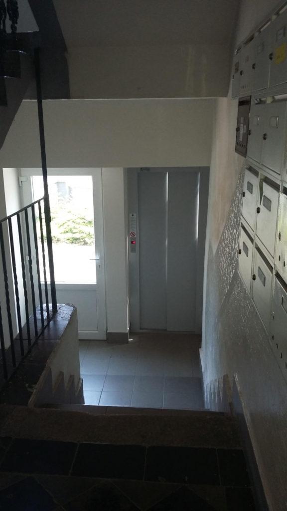 Stavba výtahu v Holečkově ulici na Praze 5 12 Holečkova 20