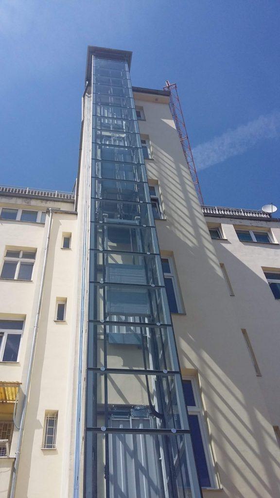 Stavba výtahu v Holečkově ulici na Praze 5 8 Holečkova 24