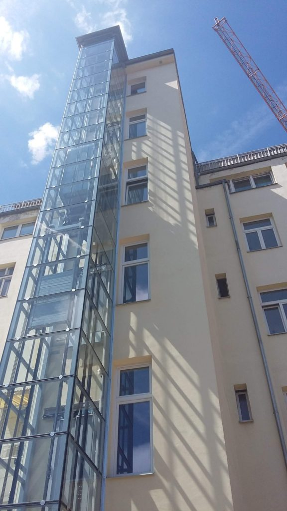 Stavba výtahu v Holečkově ulici na Praze 5 27 Holečkova 33